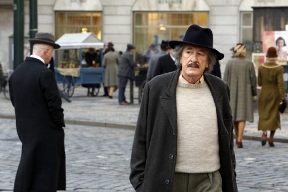 """Geoffrey Rush jako Albert Einstein w produkcji """"Geniusz"""" LIFESTYLE, Film - Produkcja """"Geniusz"""" przedstawia sylwetkę i osiągnięcia naukowe Alberta Einsteina, a także ukazuje jego ludzkie oblicze i skomplikowane, pełne namiętności związki. Premiera 23 kwietnia o godz. 21:30 na National Geographic."""
