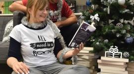 Przedświąteczne oblężenie księgarń LIFESTYLE, Książka - Ruch jaki panuje w branży księgarskiej przed świętami przeczy poglądowi, że czytelnictwo wymiera. Świadczy też o tym, że książka to nadal idealny prezent. Poza literaturą w księgarniach można znaleźć wiele innych ciekawych propozycji na gwiazdkowy prezent.