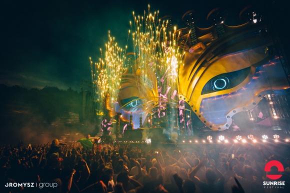 Sunrise Festival 2019 - światowe gwiazdy zagrają w Podczelu! LIFESTYLE, Muzyka - Już tylko kilkanaście dni dzieli nas od otwarcia bram Sunrise Festval. Impreza rozpocznie się już 19 lipca i potrwa 3 dni. Na pięciu potężnych scenach wystąpią między innymi The Chainsmokers, Armin van Buuren, Don Diablo, Afrojack, Adam Beyer, Oliver Heldens, Martin Solveig.