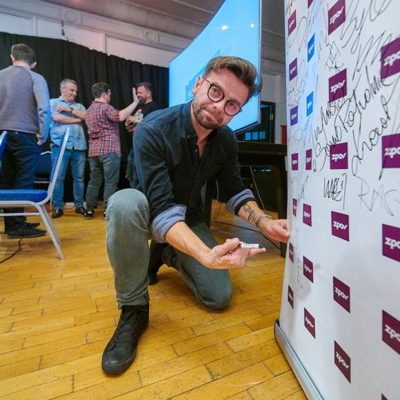 """Happysad i """"Rekordowo letnie lato"""" w ramach """"Piątków z Nową Muzyką"""" LIFESTYLE, Muzyka - Happysad powraca z nowym albumem! Płyta """"Rekordowo letnie lato"""" ukaże się na rynku 29 listopada nakładem wydawnictwa Mystic Production. Na dwa dni przed oficjalną premierą zespół odwiedził warszawskie studio U22 i po raz pierwszy zaprezentował swój nowy materiał."""